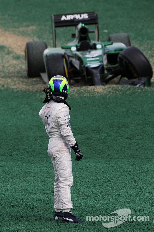 Felipe Massa, Williams ve Kamui Kobayashi, Caterham CT05 yarışın startında kaza yapıyor