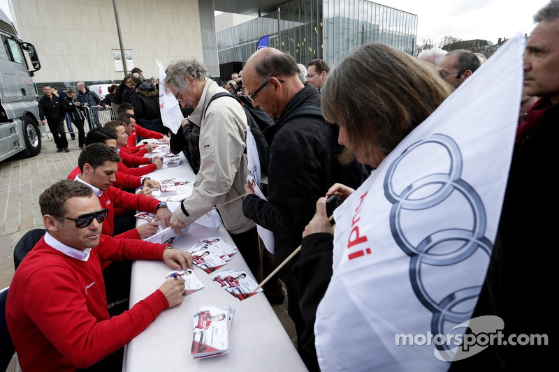Tom Kristensen e Loic Duval firmano autografi