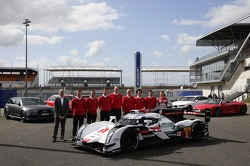 Pilotos da Audi com the Audi R18 e-tron quattro