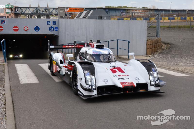 Tom Kristensen arriva alla 24 Ore di Le Mans con l'Audi R18 e-tron quattro