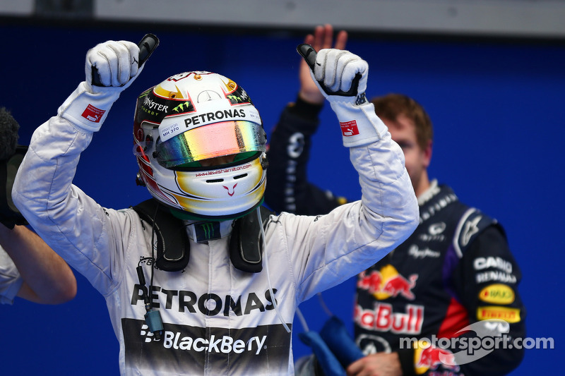 Ganador de la pole Lewis Hamilton, Mercedes AMG F1 y el segundo puesto de Sebastian Vettel, Red Bull Racing