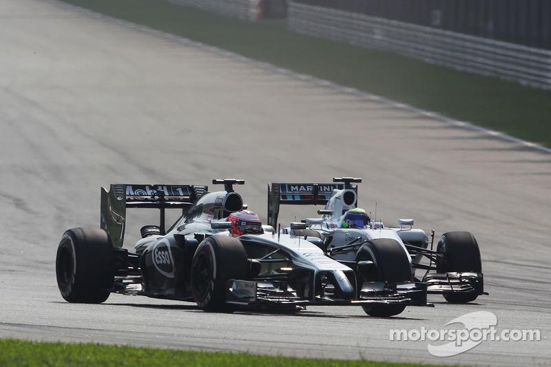Jenson Button, McLaren MP4-29 e Felipe Massa, Williams FW36 lottano per la posizione