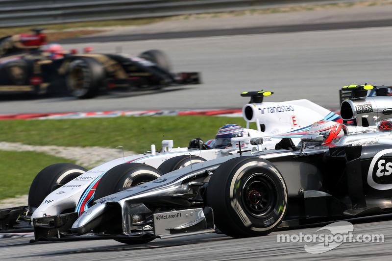 迈凯轮F1车队凯文·马格努森(丹)和威廉姆斯F1车队的瓦尔特里·博塔斯(芬)