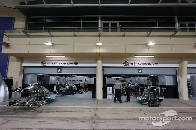 Box Mercedes AMG F1 di notte