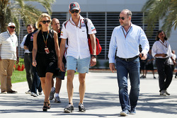 Adrian Sutil, Sauber, com sua namorada Jennifer Becks (GER)