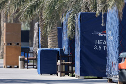 Container der Teams im Fahrerlager des Bahrain International Circuit