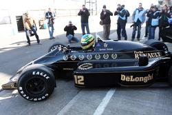 Bruno Senna guida la Lotus 98T di Ayrton Senna