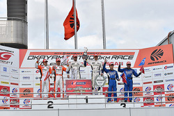 GT500获胜者伊藤大辅和安德烈亚·卡尔达德利,第二名大屿和也,国本雄资,安田裕信,若奥·保罗·德·奥利维拉