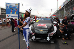 Rene Munnich su Chevrolet RML Cruze TC1 del team ALL-INKL_COM Munnich Motorsport e ragazze in griglia