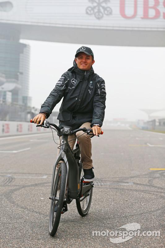 Nico Rosberg, da Mercedes AMG F1, em uma bicicleta inteligente