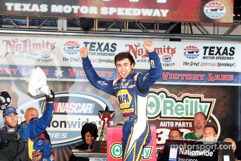 Chase Elliott galibiyet çizgisinde kutlama yapıyor