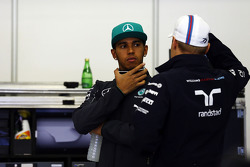 Lewis Hamilton, Mercedes AMG F1 y Valtteri Bottas, Williams en el desfile de pilotos.