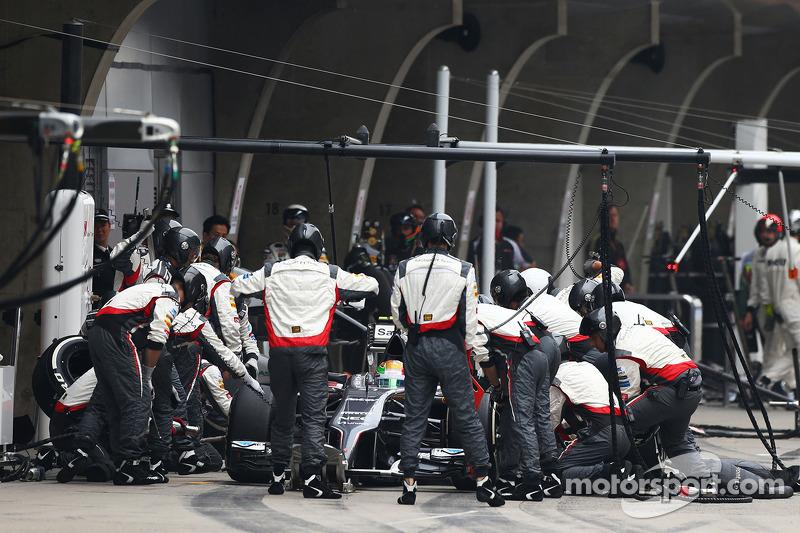 Esteban Gutierrez, Sauber C33 makes a pit stop