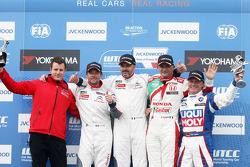 领奖台: 比赛获胜者 Yvan Muller, 雪铁龙C-Elysee WTCC赛车,雪铁龙-道达尔WTCC车队, 第二名塞巴斯蒂安·勒布, 雪铁龙C-Elysee WTCC赛车,雪铁龙-道达尔WTCC车队, 第三名 Gabriele Tarquini, 本田思域 WTCC, 嘉实多-本田WTCC车队,和第一名横滨奖杯