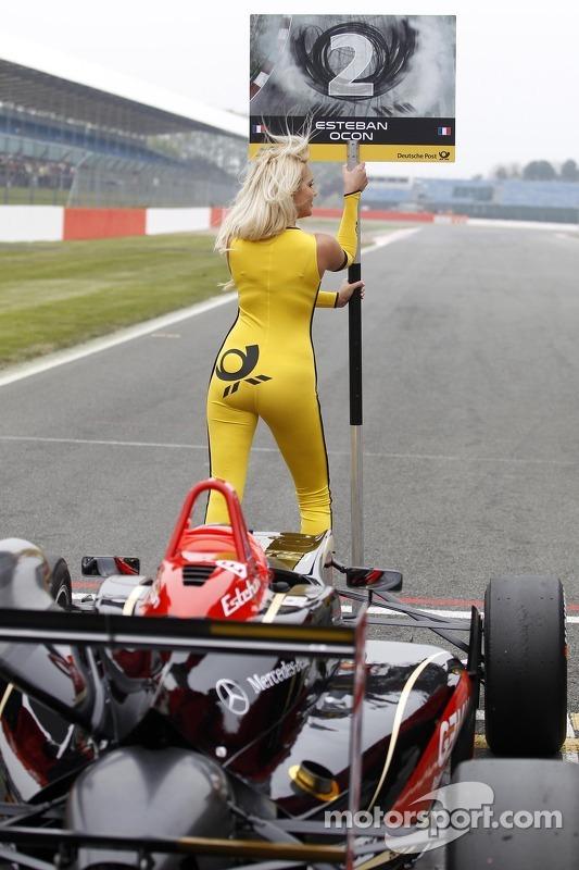 Esteban Ocon için grid kızı