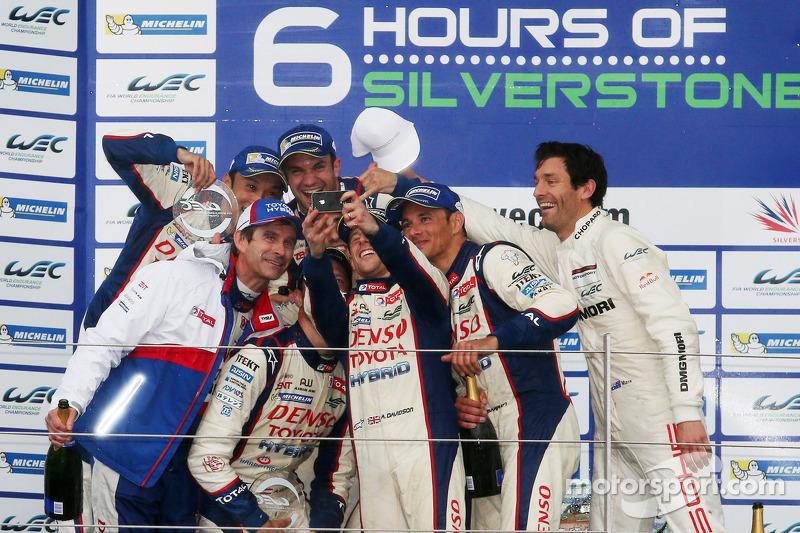 Race winners Anthony Davidson, Nicolas Lapierre, Alexander Wurz, Stéphane Sarrazin, Kazuki Nakajima with Mark Webber