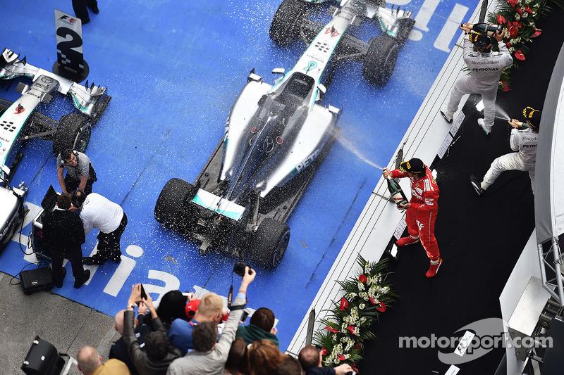 Fernando Alonso, Ferrari podyumda üçüncü sıra için kutlama yapıyor