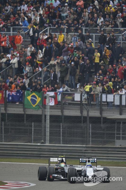 Felipe Massa, Williams FW36, leidt Esteban Gutierrez, Sauber C33