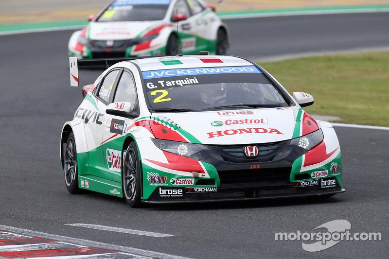 Gabriele Tarquini, Honda Civic WTCC, Castrol Honda WTCC team davanti a Tiago Monteiro, Honda Civic W