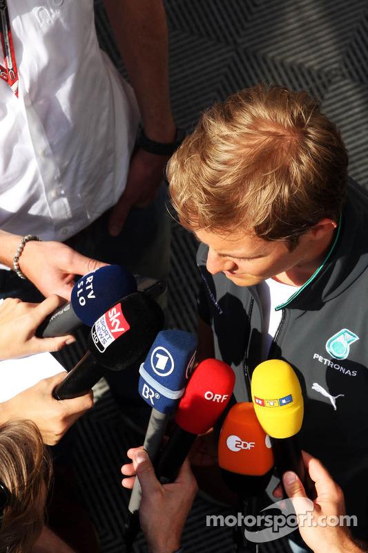 Nico Rosberg, da Mercedes AMG F1, com a mídia