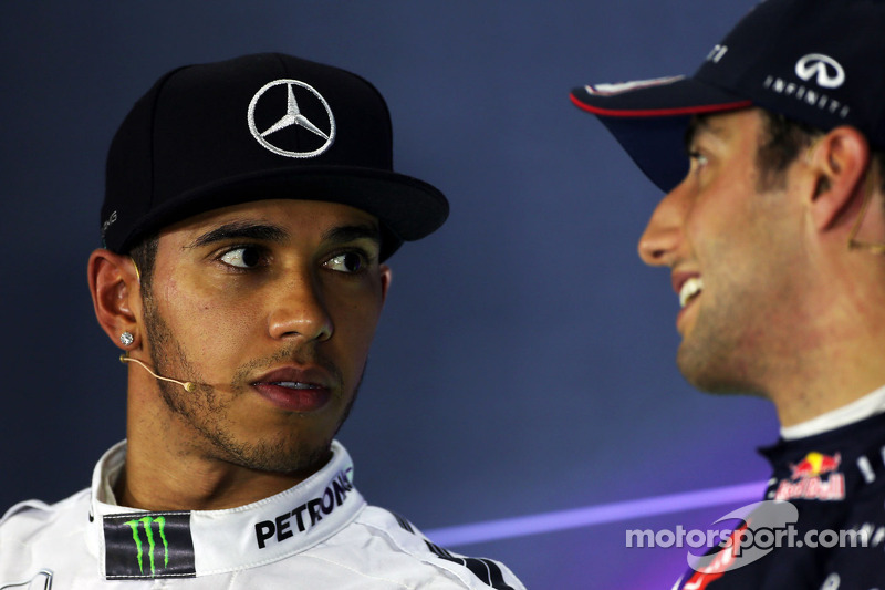 (De izquierda a derecha): Lewis Hamilton, de Mercedes AMG F1 con Daniel Ricciardo, de Red Bull Racing en la Conferencia de prensa de la FIA