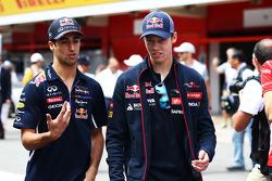 (Da sinistra a destra): Daniel Ricciardo, Red Bull Racing con Daniil Kvyat, Scuderia Toro Rosso alla parata dei piloti
