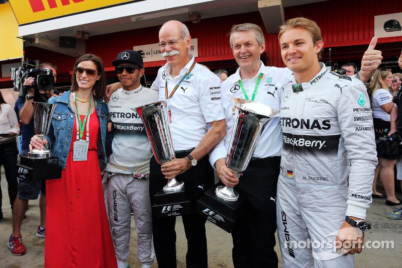 El ganador Lewis Hamilton, de Mercedes AMG F1 y el segundo lugar, su co-equipero Nico Rosberg, celebrando con el CEO de Daimler AG, el Dr. Dieter Zetsche, y su equipo.