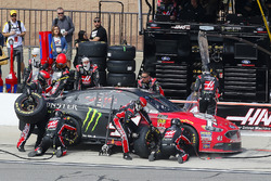 Kurt Busch, Stewart-Haas Racing, Ford Fusion Haas Automation/Monster Energy pit stop