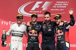 Podyum: Yarış galibi Daniel Ricciardo, Red Bull Racing, second place Nico Rosberg, Mercedes AMG F1, Simon Rennie, Red Bull Racing Race Engineer and third place Sebastian Vettel, Red Bull Racing