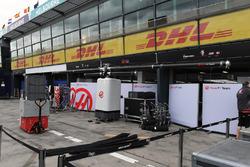 Preparazione del box dell'Haas F1 Team