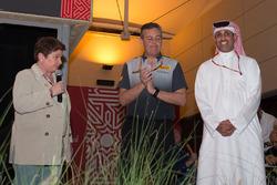 Shaikh Salman bin Isa Al Khalifa, director ejecutivo del circuito de Bahrein con Mario Isola, director deportivo de Pirelli y Kate Beavan, miembro de la FOM