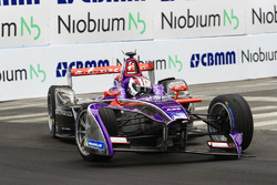 De beschadigde wagen van Alex Lynn, DS Virgin Racing