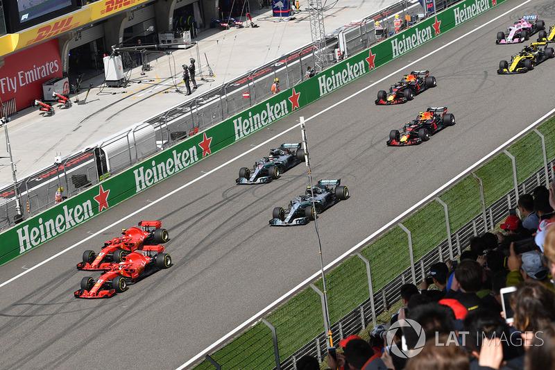 Sebastian Vettel, Ferrari SF71H y Kimi Raikkonen, Ferrari SF71H lideran la salida