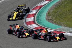Max Verstappen, Red Bull Racing RB14 lidera a Daniel Ricciardo, Red Bull Racing RB14 y Nico Hulkenberg, Renault Sport F1 Team R.S. 18