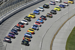 Kevin Harvick, Stewart-Haas Racing, Ford Fusion Busch Beer Flannel e Kurt Busch, Stewart-Haas Racing, Ford Fusion Monster Energy / Haas Automation start