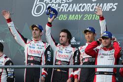 Podium: racewinnaars #8 Toyota Gazoo Racing Toyota TS050: Sébastien Buemi, Kazuki Nakajima, Fernando Alonso
