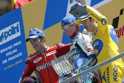 Le vainqueur Sete Gibernau, le deuxième Carlos Checa, le troisième Max Biaggi