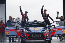 Les vainqueurs Thierry Neuville, Nicolas Gilsoul, Hyundai i20 WRC, Hyundai Motorsport