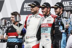 Podio: il vincitore della gara Tom Coronel, Boutsen Ginion Racing Honda Civic Type R TCR, il secondo classificato Rob Huff, Sébastien Loeb Racing Volkswagen Golf GTI TCR, il terzo classificato Frédéric Vervisch, Audi Sport Team Comtoyou Audi RS 3 LMS