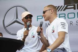 Lewis Hamilton, Mercedes AMG F1 con Valtteri Bottas, Mercedes AMG F1, sul palco