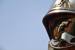 Marcus Ericsson, Sauber C37 reflected in a fireman helmet