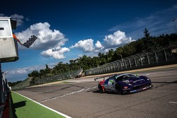 #73 SMP Racing 法拉利 F458 Italia GT3: 奥利维尔·贝雷塔, 大卫·马尔科佐夫, 安通·拉德金 冲线