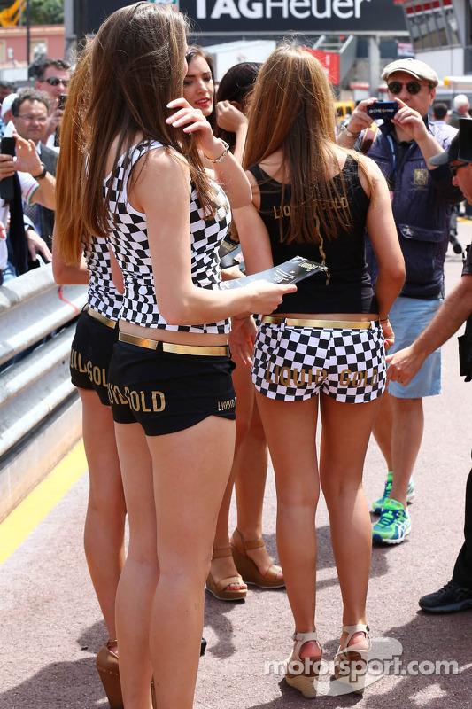 Hotesses Dans Les Stands