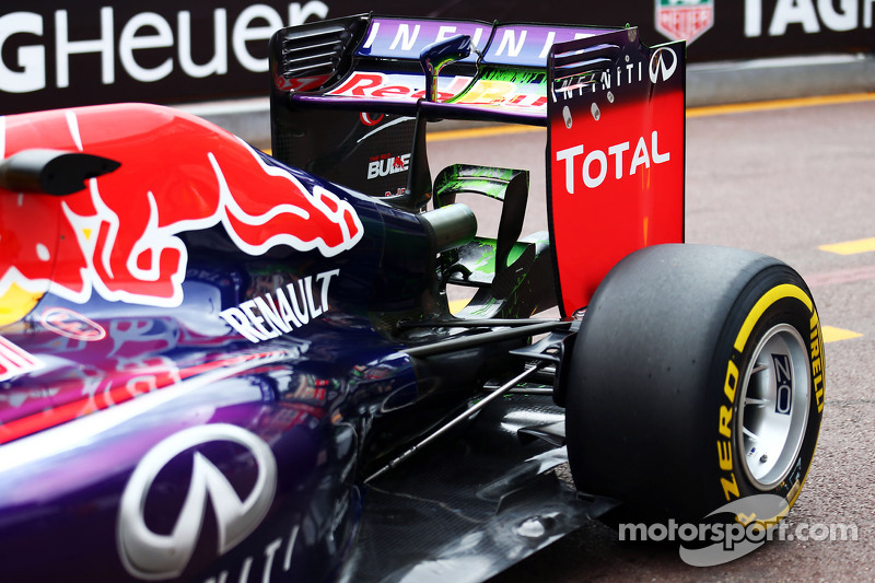 Daniel Ricciardo, Red Bull Racing RB10 running flow-vis paint on the rear wing