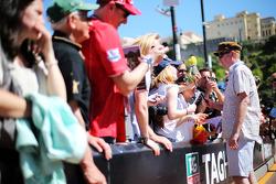 Chris Evans, Broadcaster, zet handtekeningen voor de fans