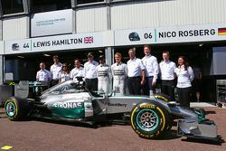 Lewis Hamilton, Mercedes AMG F1, und Nico Rosberg, Mercedes AMG F1, mit Dr. Dieter Zetsche, Daimler, Vorstandschef, und Toto Wolff, Mercedes, Motorsportchef