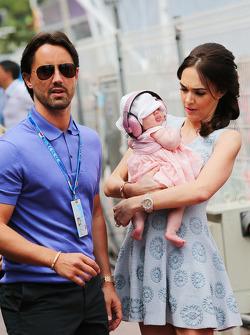 塔玛拉·埃克莱斯顿和她的丈夫Jay Rutland,以及他们的女儿Sophie
