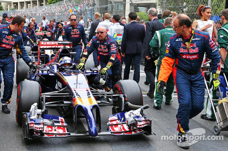 Jean-Eric Vergne, Scuderia Toro Rosso STR9 sulla griglia di partenza