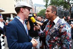 (Esquerda para direita): Benedict Cumberbatch, ator, com Kai Ebel, apresentador da RTL TV no grid