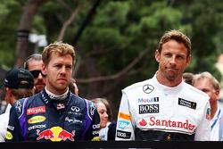 (Esquerda para direita): Sebastian Vettel, Red Bull Racing, e Jenson Button, McLaren, em homenagem a Jack Brabham, no grid
